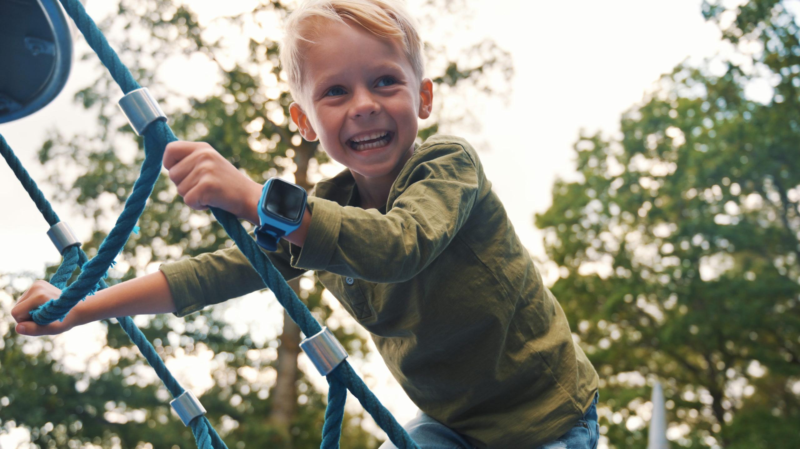 barn-med-blå-xplora-x4-ute