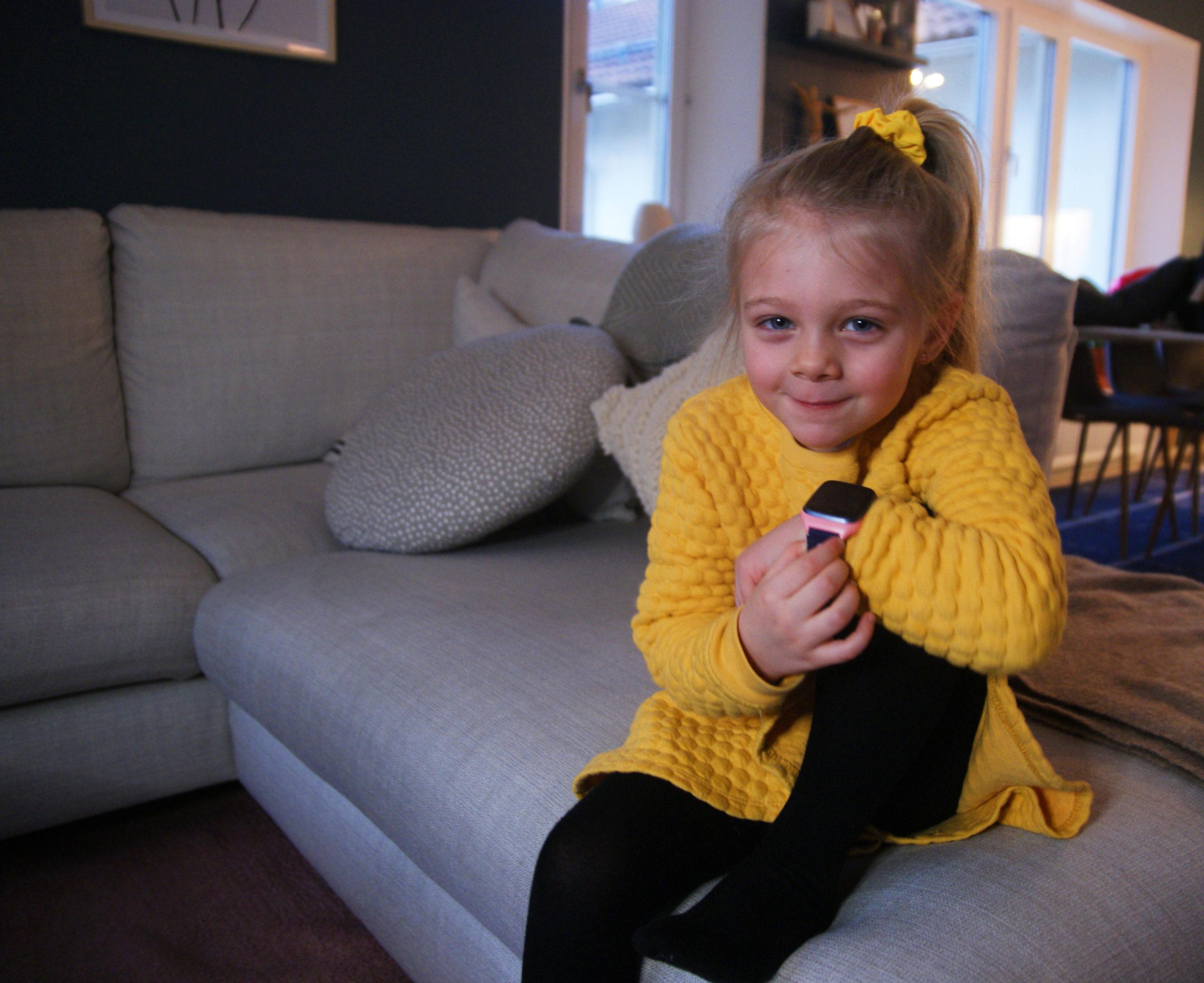 flicka-med-xplora-smartwatch