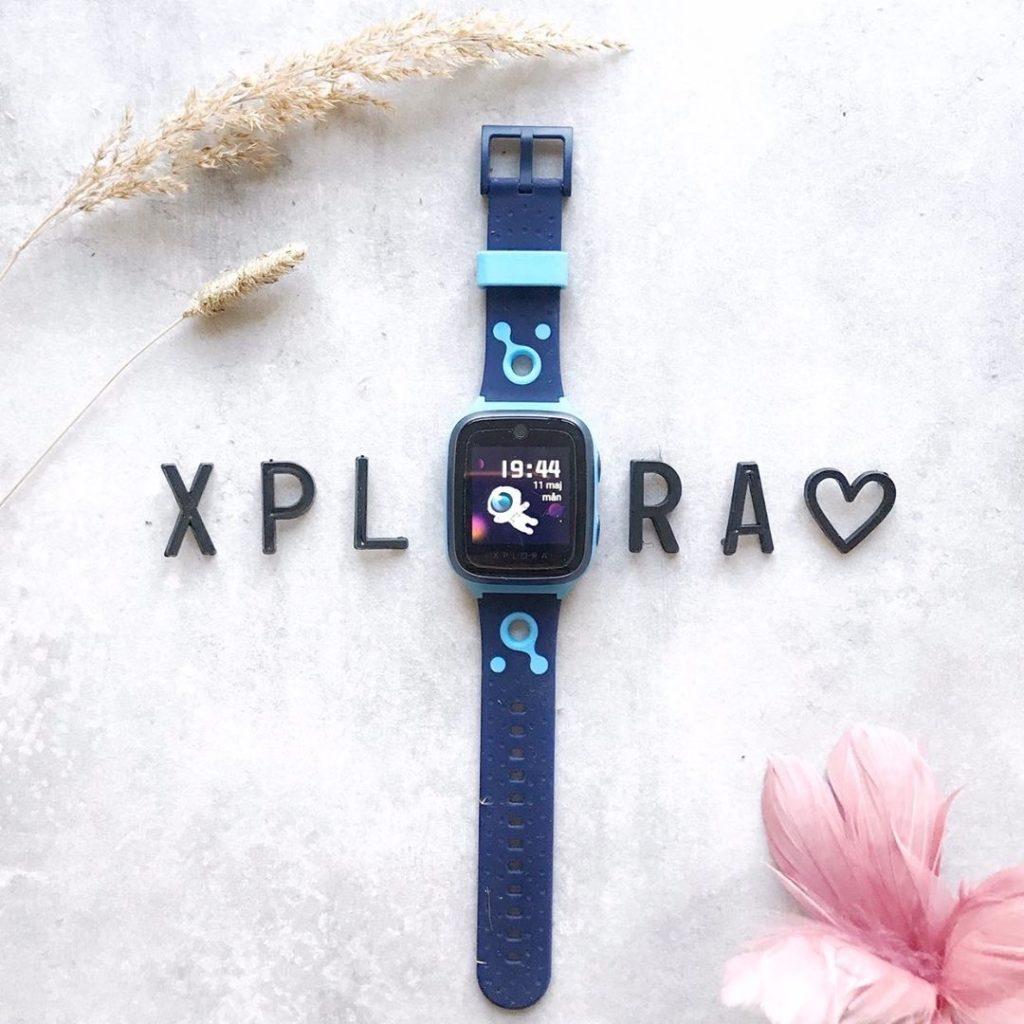 XPLORA GPS-Klocka på et bord