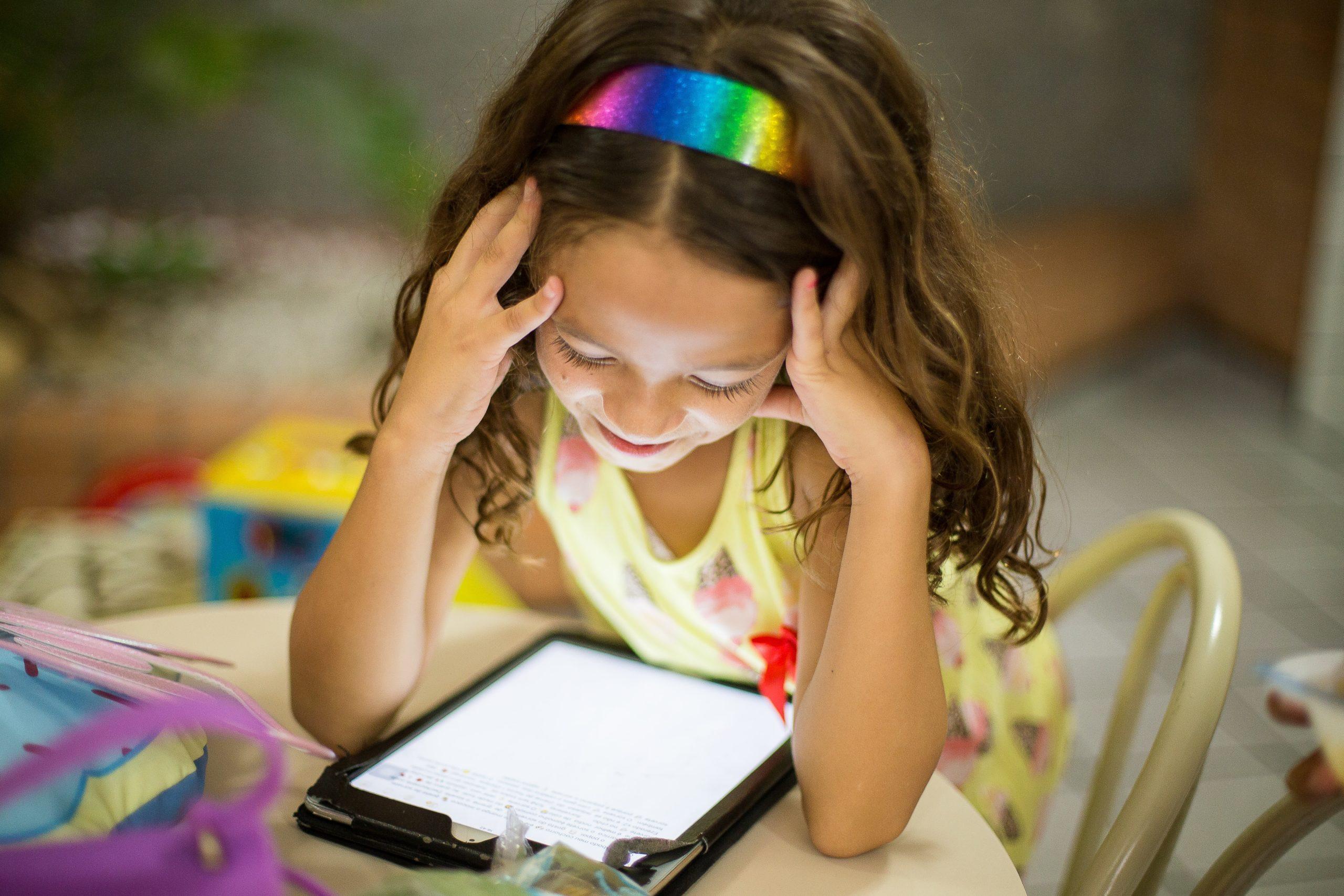 Är ditt barn beroende av skärmtid? Såhär går du tillväga!